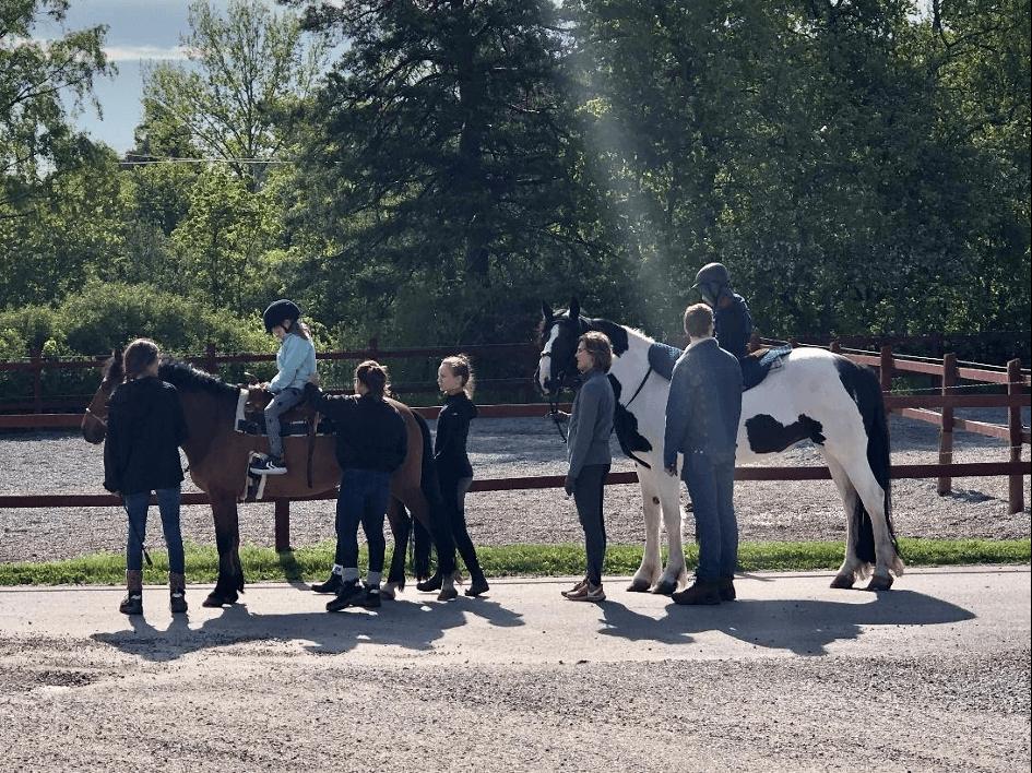Rullens elever rider på Djursholms ridskola