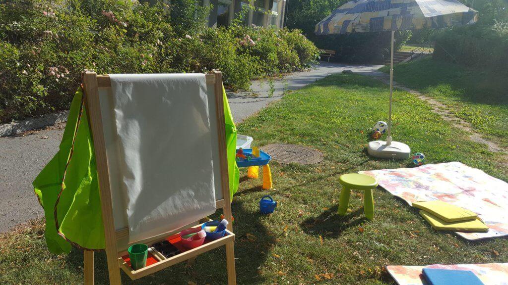 Utelek på Vallare Öppna förskola med stafli ute på gräsmatta