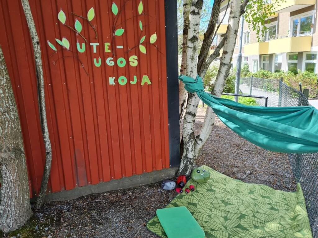 En bild på en koja med texten Ute-Ugos koja