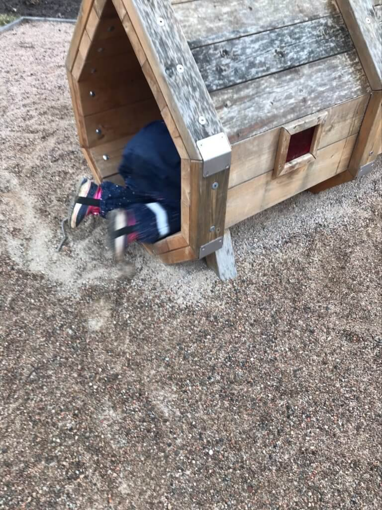 barn som leker på gården på Västra Mark förskola