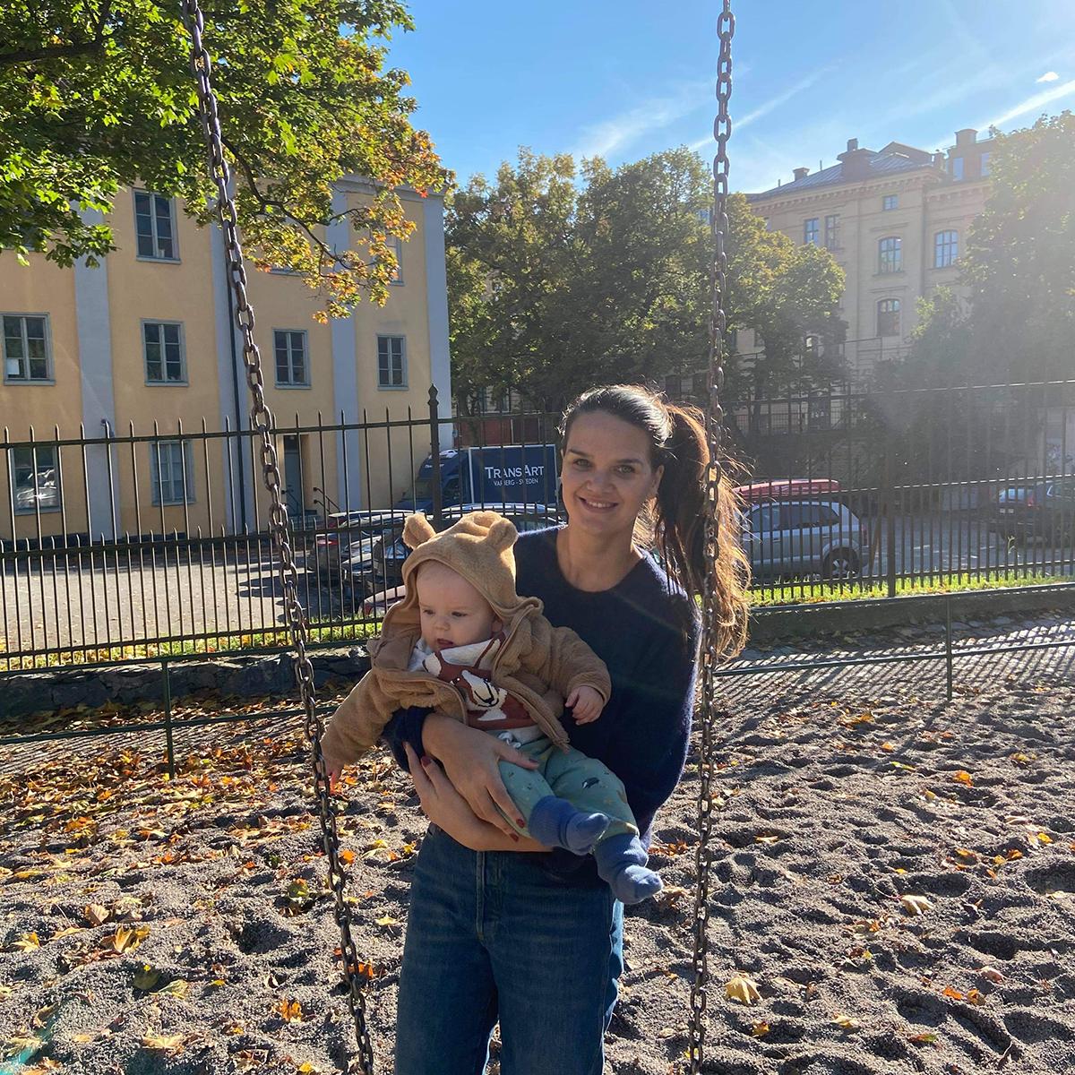 Sandra och Theodor i lekparken