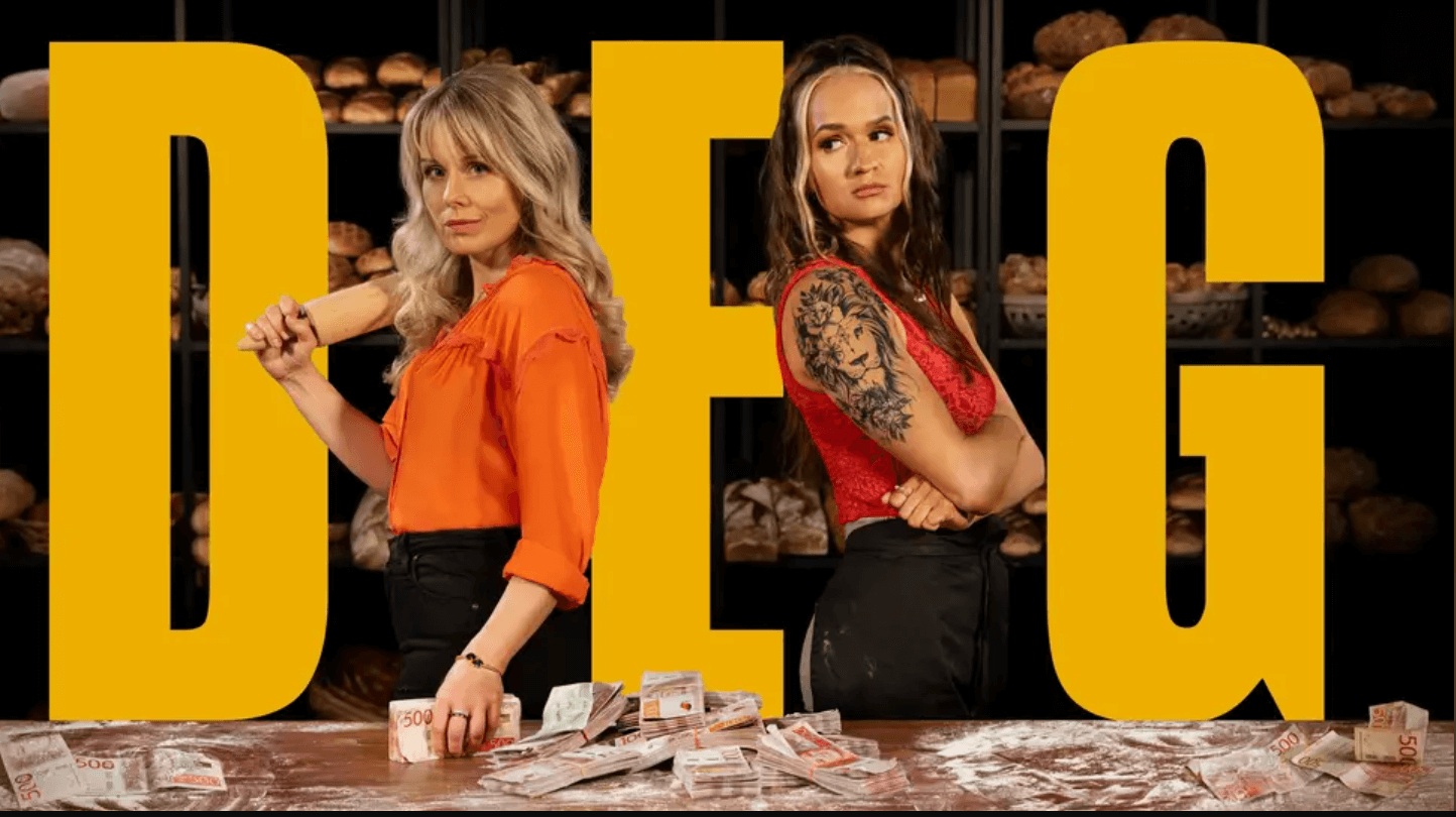 En bild från svt där två tjejer står med pengar på ett bord och texten DEG i stora bokstäver
