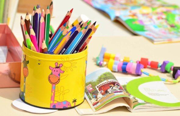 färgpennor på ett bord